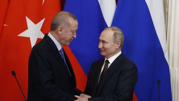 Türkiye Cumhurbaşkanı Recep Tayyip Erdoğan ile Rusya Devlet Başkanı Vladimir Putin, Kremlin Sarayı'ndaki baş başa ve heyetler arası görüşmenin ardından ortak basın toplantısı düzenledi. - Sputnik Türkiye