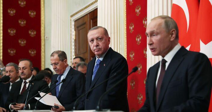 Moskova'da Cumhurbaşkanı Recep Tayyip Erdoğan ve Rusya Devlet Başkanı Vladimir Putin başkanlığında düzenlenen zirvede Türkiye ile Rusya, bu gece saat 00.01'den itibaren durdurulması konusunda anlaştı.