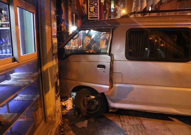 Yalova'da alkollü sürücüsü önce park halindeki otomobile çarptı, ardından dükkana çarparak durabildi.