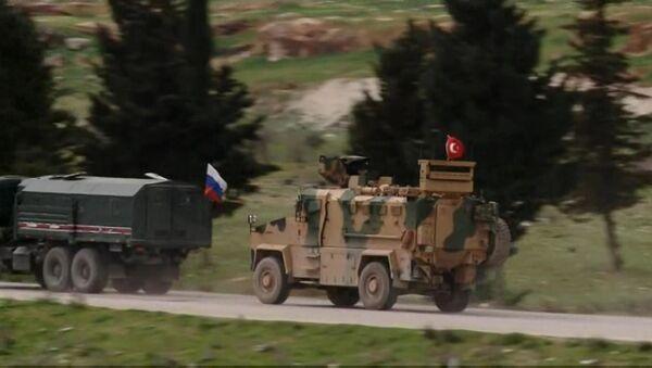 Ruptly, Serakib yakınlarında M4 Karayolu boyunca ilerleyen Rus ve Türk güçlerin görüntülerini yayınladı - Sputnik Türkiye