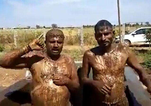 Hindistan'da korona endişesiyle ineğin dışkıyla duş alıyorlar