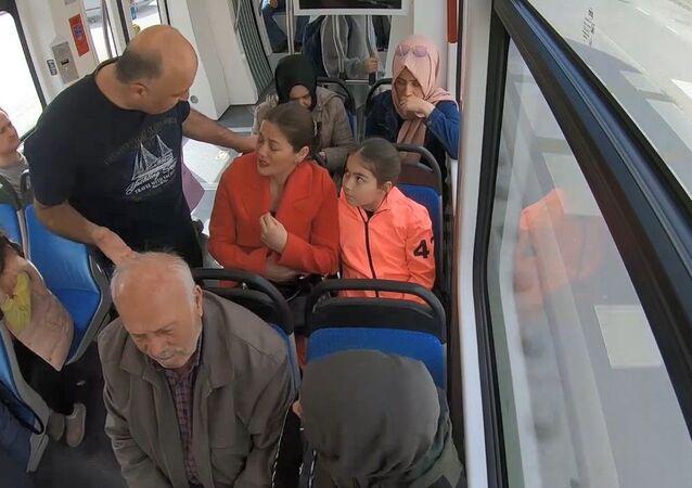 Kocaeli'de tramvayda kadına şiddete dikkat çekmek amacı ile yapılan sosyal deney, vatandaşlara duygusal anlar yaşattı