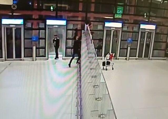 İstanbul Havalimanı'nda, Rusya'dan gelen bir Türk yolcu, piyasada kullan ve at diye bilinen tuşlu telefonlar ile dolu çantayı taburenin üstüne çıkıp üç metre yükseklikten iç hatlarda bekleyen arkadaşına attı