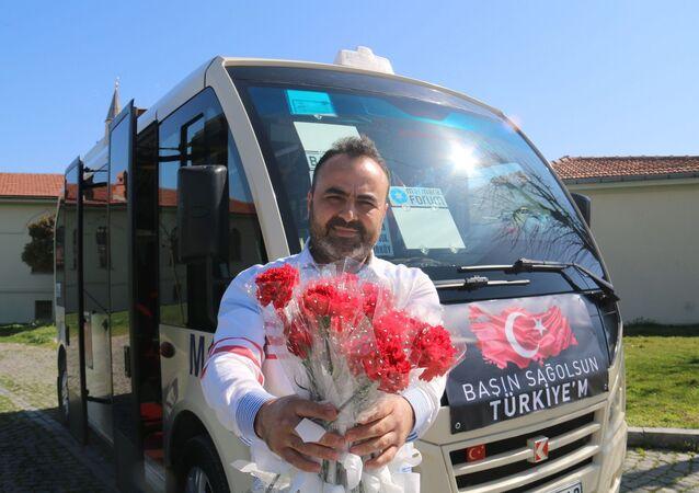 Minibüs şoförü Mehmet Şirin Çiçek, 8 Mart Dünya Emekçi Kadınlar Günü'nde kadınlara özel bir dizi karar aldı. Çiçek, minibüse binen kadınları karanfil ile karşılıyor. Karanfil ile karşılanan kadınlar şaşkınlıklarını gizleyemedi. Öte yandan Çiçek'in kadınlardan bugüne özel olarak ücret tarifesi almaması kadın yolcular tarafından çok takdir edildi. Ayrıca minibüsünde 1 TL'ye sattığı sularla her gün 100'den fazla sokak hayvanına mama ve su aldığını ifade eden Çiçek, hem kendi kazancının bir bölümüyle hem de sudan kazandığı paralarla iki çocuğun da eğitim masraflarını karşılıyor.