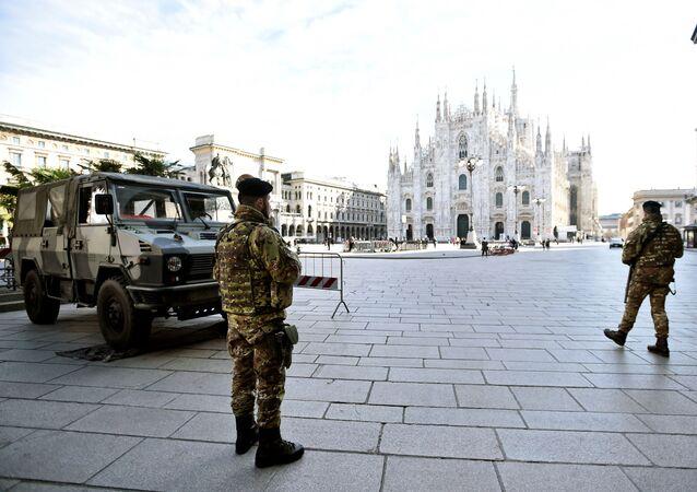 Koronavirüs yüzünden karantina alınan İtalya ekonomisinin merkez kenti Milano'nun Duomo Meydanı'nda askerler nöbet tutarken...