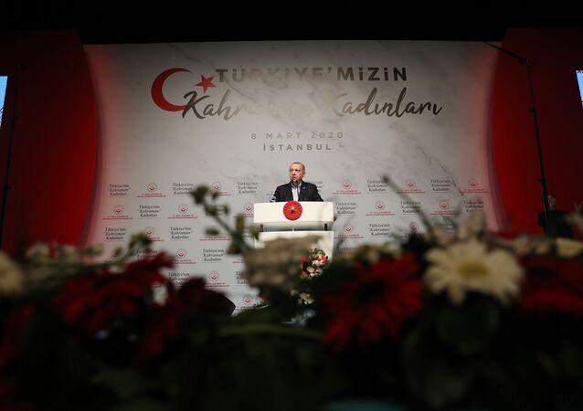 Türkiye Cumhurbaşkanı Recep Tayyip Erdoğan, Aile, Çalışma ve Sosyal Hizmetler Bakanlığı tarafından 8 Mart Dünya Kadınlar Günü dolayısıyla Haliç Kongre Merkezi'nde düzenlenen Türkiye'nin Kahraman Kadınları programına katılarak konuşma yaptı.