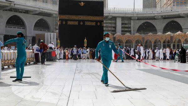 Mekke'deki Kabe'de koronavirüs nedeniyle temizlik çalışmaları maskeyle yürütülüyor. - Sputnik Türkiye