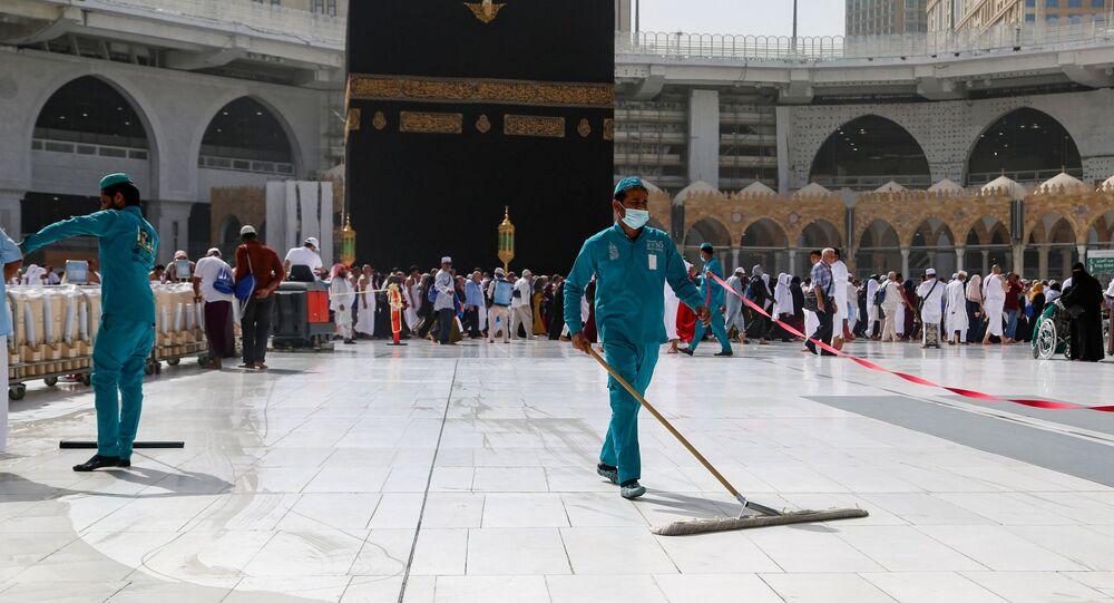 Mekke'deki Kabe'de koronavirüs nedeniyle temizlik çalışmaları maskeyle yürütülüyor.
