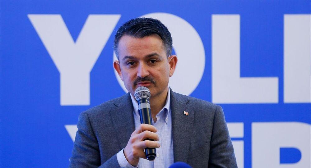 Tarım ve Orman Bakanı Bekir Pakdemirli, AK Parti Bergama İlçe Başkanlığı'nın 7. Olağan Kongresi'ne katıldı. Bakan Pakdemirli, vatandaşlarla fotoğraf çektirdi.
