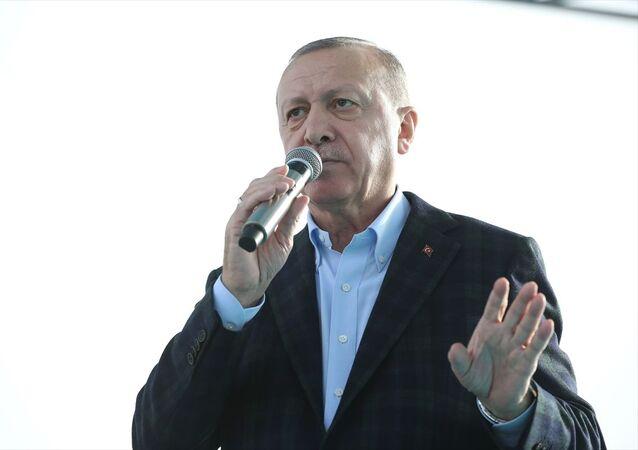 Türkiye Cumhurbaşkanı Recep Tayyip Erdoğan, Kuzey Marmara Otoyolu Kınalı-Odayeri Kesimi (Kınalı-Çatalca Kavşağı Arası) Açılış Töreni'ne katıldı. Cumhurbaşkanı Erdoğan, vatandaşları selamladı.