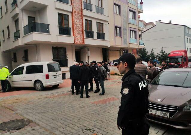 İstanbul Sancaktepe'de müteahhitle apartman sakinleri arasında rögar kokusu nedeniyle çıkan silahlı kavgada 2 kişi hayatını kaybederken, 1 kişi yaralandı.