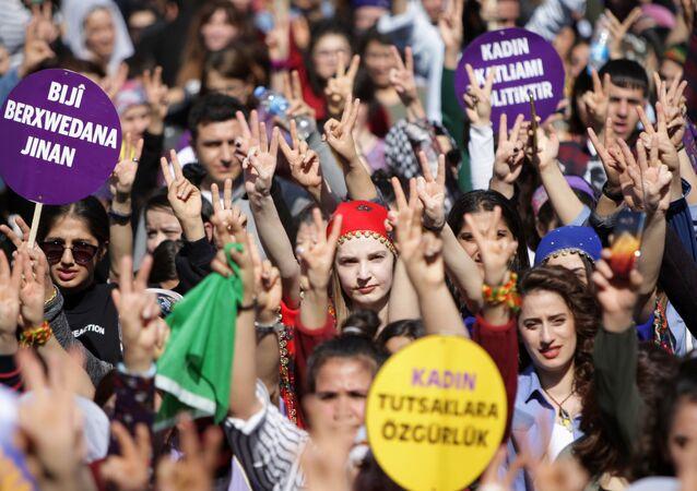 Diyarbakır'da 8 Mart Dünya Kadınlar Günü binlerce kadının katıldığı mitingle kutlandı.