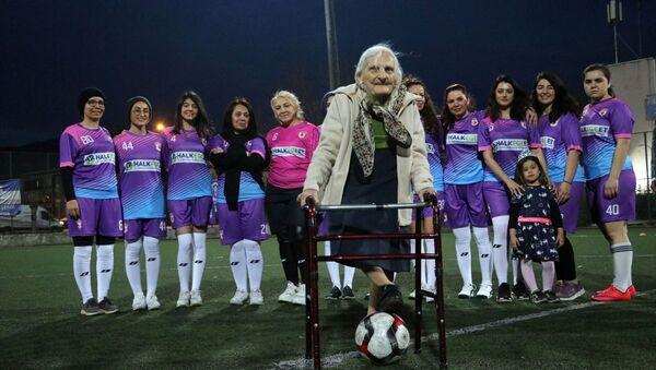 Aydın'da aralarında gazetecilerin de bulunduğu kadınlardan oluşan iki takım, kadına şiddete dikkati çekmek için futbol maçı yaptı. - Sputnik Türkiye