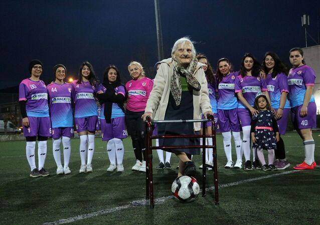 Aydın'da aralarında gazetecilerin de bulunduğu kadınlardan oluşan iki takım, kadına şiddete dikkati çekmek için futbol maçı yaptı.