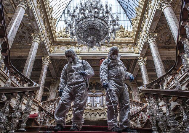 Bu kapsamda Dolmabahçe Sarayı'na gelen altı kişilik ekip bahçede ve sarayın iç kısmında dezenfeksiyon çalışması yaptı.