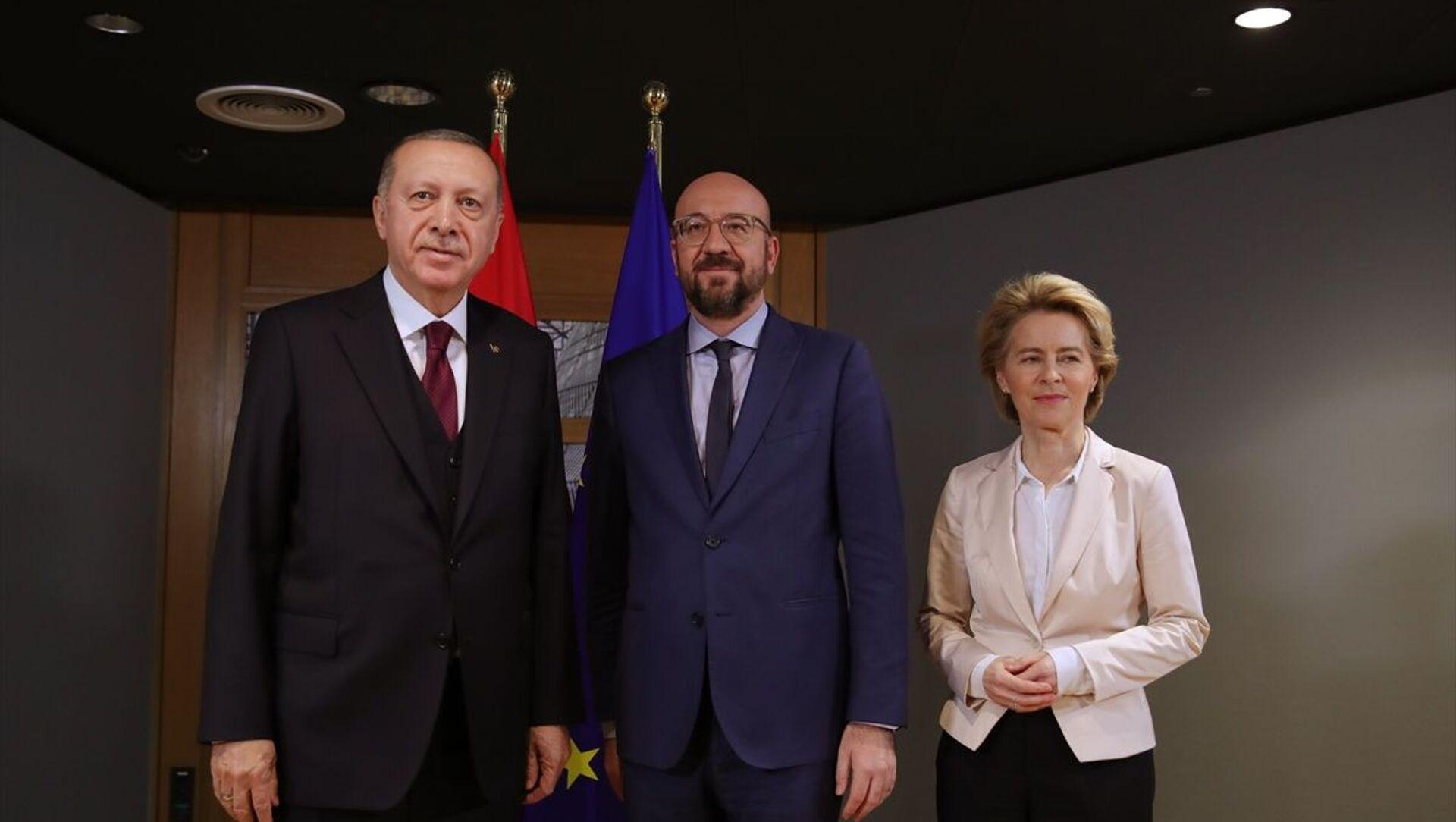 Cumhurbaşkanı Recep Tayyip Erdoğan (solda), Brüksel'de Avrupa Birliği Konseyi Başkanı Charles Michel (sağda) ve AB Komisyonu Başkanı Ursula von der Leyen  - Sputnik Türkiye, 1920, 06.04.2021