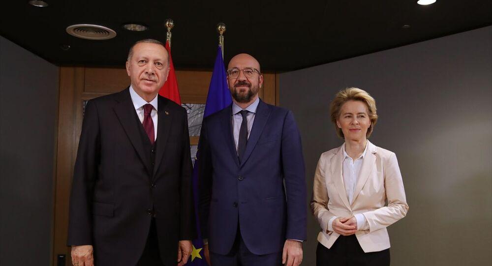 Cumhurbaşkanı Recep Tayyip Erdoğan (solda), Brüksel'de Avrupa Birliği Konseyi Başkanı Charles Michel (sağda) ve AB Komisyonu Başkanı Ursula von der Leyen