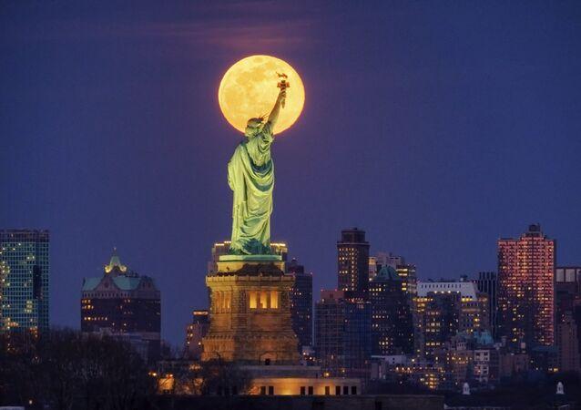 ABD'nin New York kentinde objektiflere yansıyan 'Süper Ay' fotoğrafı.