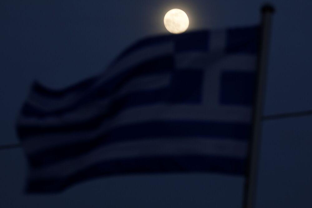 Yunanistan'ın Kastanies şehrinden de izlenebilen Süper Ay görenleri mest etti.