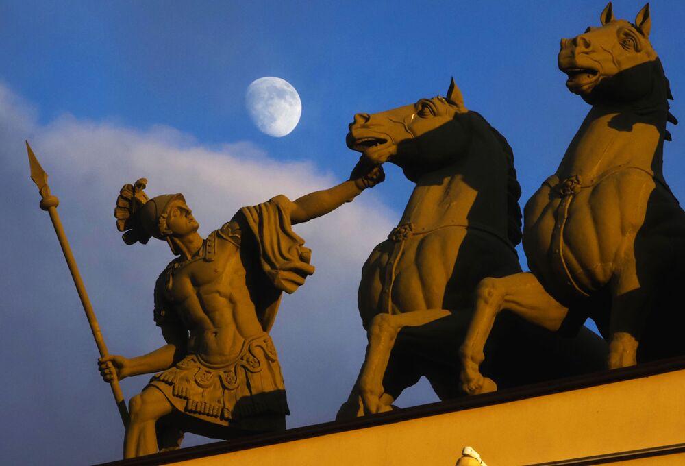 Ay'ın Dünya'ya en yakın konumda olduğu doğa olayı Süper Ay, Rusya'nın St. Petersburg kentinin semalarında.