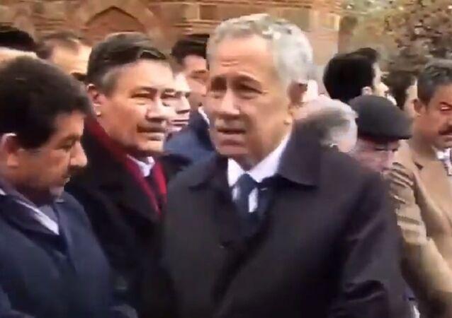 Şevket Kazan'ın cenaze töreninde Melih Gökçek'in Bülent Arınç'a bakışı gündem oldu