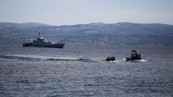 Yunanistan'ın Midilli Adası açıklarında Frontex gemisi ile kurtarma botunun eşlik ettiği Afgan göçmenlerle dolu bot - Sputnik Türkiye