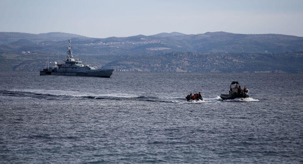 Yunanistan'ın Midilli Adası açıklarında Frontex gemisi ile kurtarma botunun eşlik ettiği Afgan göçmenlerle dolu bot