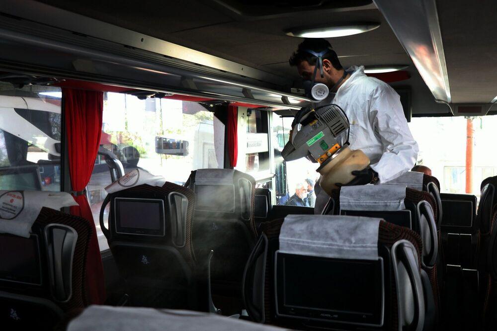 Otobüslerin içlerini de sürekli dezenfekte ettiklerini,muavinler ile şoförleri bu konuda uyardıklarını dile getiren Altunhan, Temizlenmeyen mekan bırakmak istemiyoruz. Otobüslerimizin içleri de sürekli temizlenecek. Muavinlerimizi ve kaptanlarımızı uyardık. Kesinlikle eldivensiz servis yapmayacaklar. Hijyen kurallarına dikkat edecekler. Otobüslerin içindeki servis hizmetleri bizim için çok önemli. Tüm personelimize defalarca tedbirleri anlattık. Hijyene çok dikkat edecekler şeklinde konuştu.