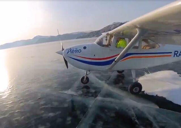 Baykal Gölü'ndeki buzların üzerine uçakla iniş yaptılar