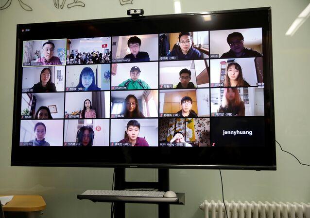 Çin'in başkenti Pekin'deki Tsinghua Üniversitesi'nde online ders yapan bir profesör ve öğrencilerin ekrandaki görüntüsü