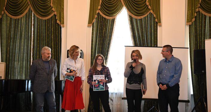 'Yaşayan Klasikler' yarışmasında çocukların performanlarını yazar Amina Aygistova, çevirmen Uğur Büke, gazeteci Marian Karagözov, tiyatro yönetmeni Nastia Rıbalko ve gazeteci Olga Haldız değerlendirdi.