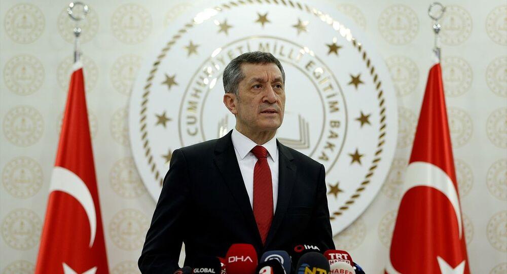 Milli Eğitim Bakanı Ziya Selçuk, bakanlık binasında basın mensuplarına açıklamalarda bulundu.