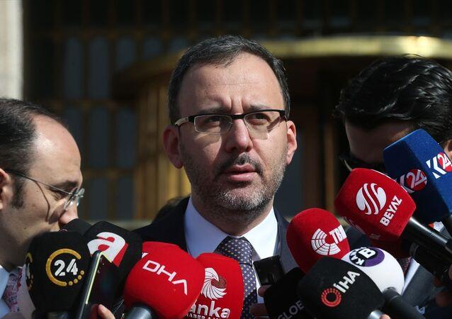 Gençlik ve Spor Bakanı Mehmet Muharrem Kasapoğlu, TBMM basın kapısında gazetecilere açıklamalarda bulundu.