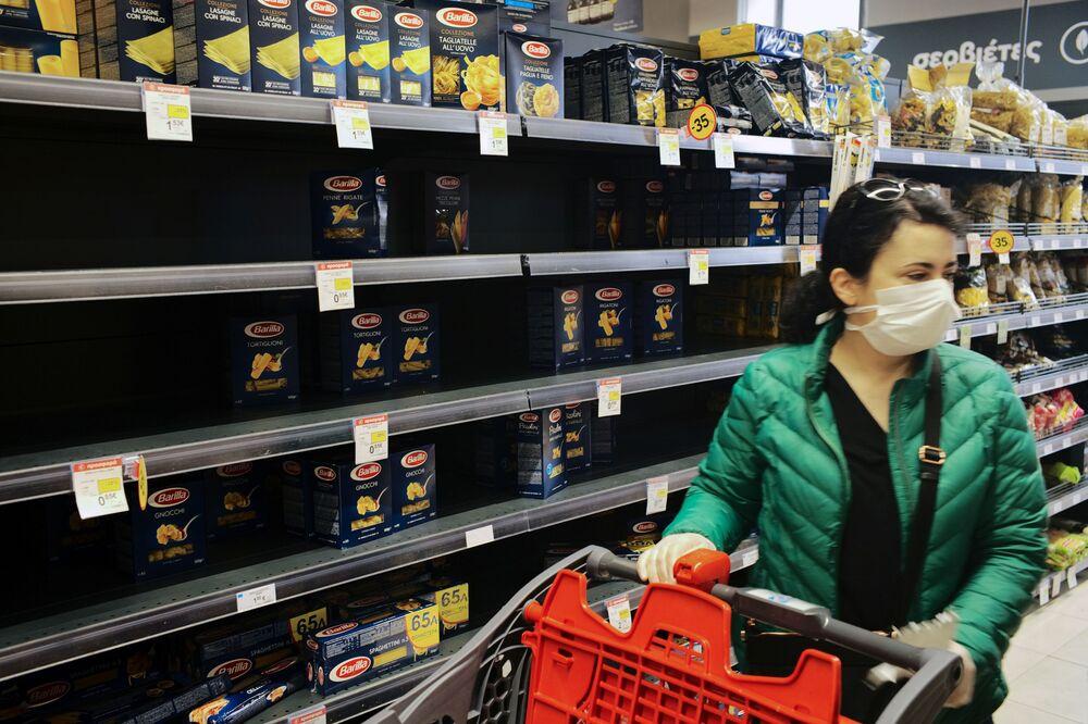 En çok satın alınan gıda maddelerinin başında makarna ve un gelirken, raf ömrü uzun olan konservelerin de çok sayıda tüketildiği görüldü. Fotoğrafta: Yunanistan'ın başkenti Atina'daki bir marketten bir kare.