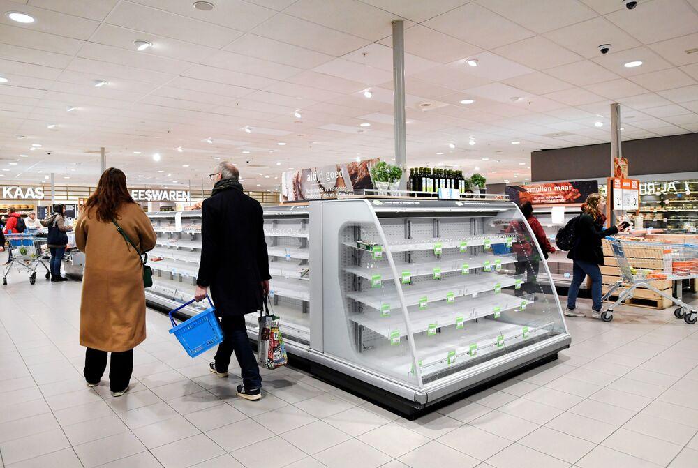Hollanda'da yoğun olarak ana gıda maddelerinin satın alındığı görülürken, marketlerin raflarındaki boşluklar dikkatlerden kaçmadı.