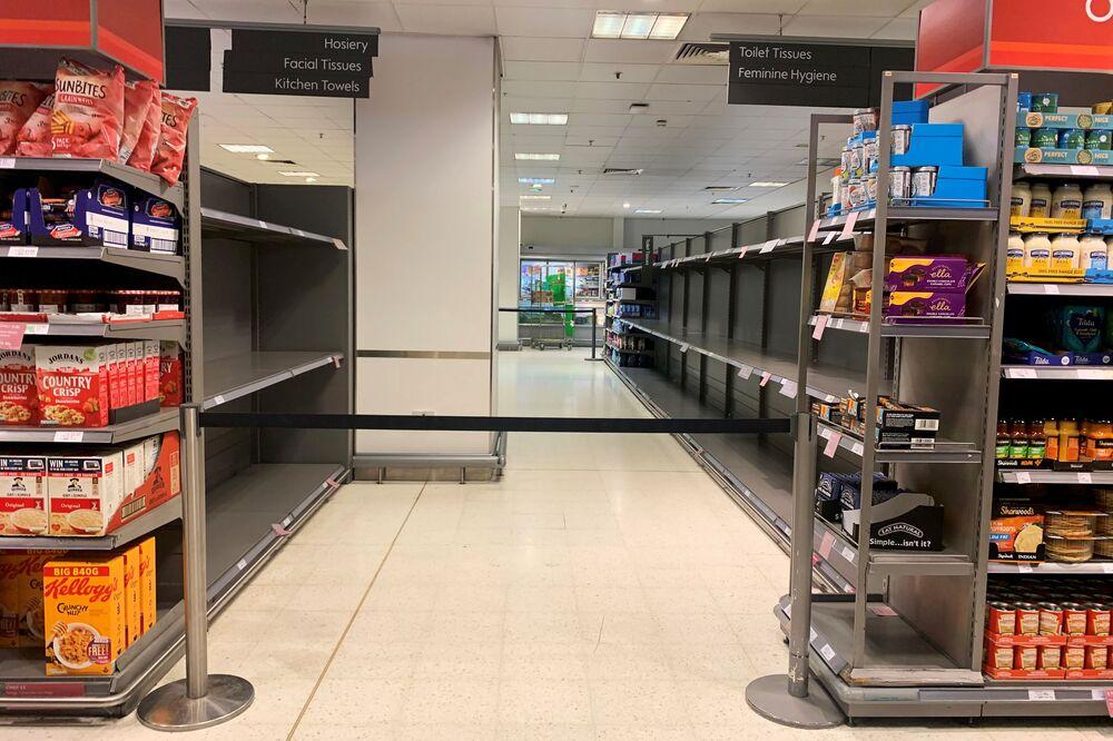 İngiltere'nin başkenti Londra'da da  vatandaşlar, zam gelme endişesiyle gıda ve temizlik ürünleri satın aldı.