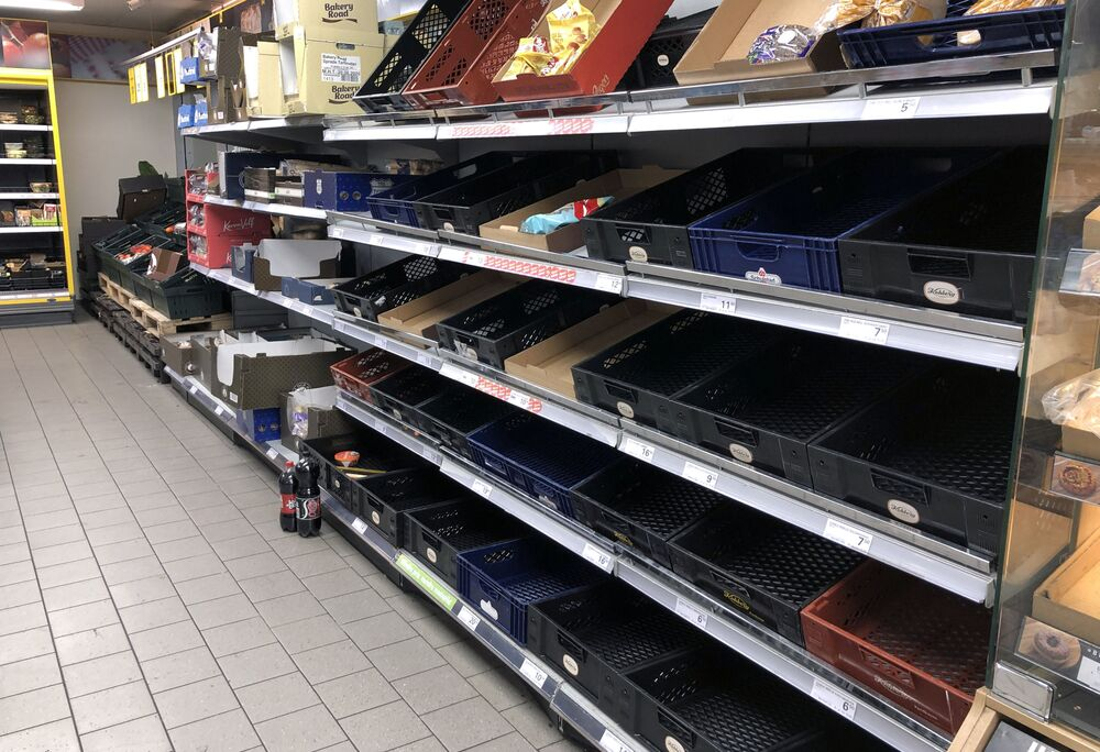 Danimarka'nın başkenti Kopenhag'da halkın süpermarketlerde rafları boşalttığı görüldü.