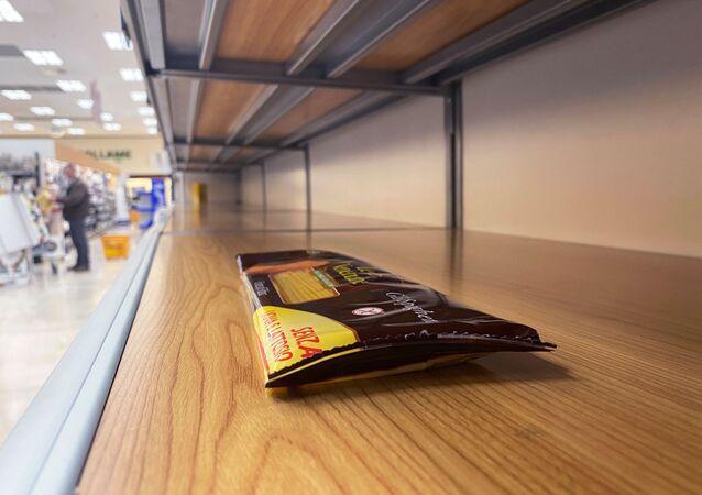 Avrupa ülkelerinden yeni tip koronavirüs (Kovid-19) salgınından en çok etkilenen İtalya'da gıda ve hijyen ürünü stoğu yapmak isteyen müşteriler market raflarını boşalttı.  Fotoğrafta: Milano kenti yakınında bulunan Pioltello şehrindeki bir markette boşaltılmış raflar.