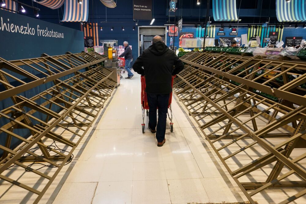 Yeni tip koronavirüs  salgınının İtalya'nın ardından Avrupa'da en çok etkilediği ülkelerden İspanya'da halk, hükümetin sakin olun çağrılarına rağmen panikle süpermarketlere akın etmeye başladı. Başkent Madrid'de halkın süpermarketlerde rafları boşalttığı görüldü.