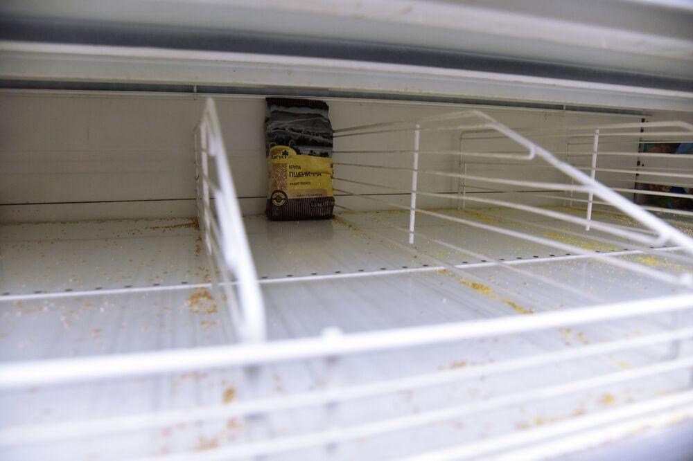 Ukrayna'nın Lvov kentindeki marketlerde  sıvı yağ ve kahvaltı ürünlerinin bulunduğu rafların da neredeyse tükenmiş  durumda.