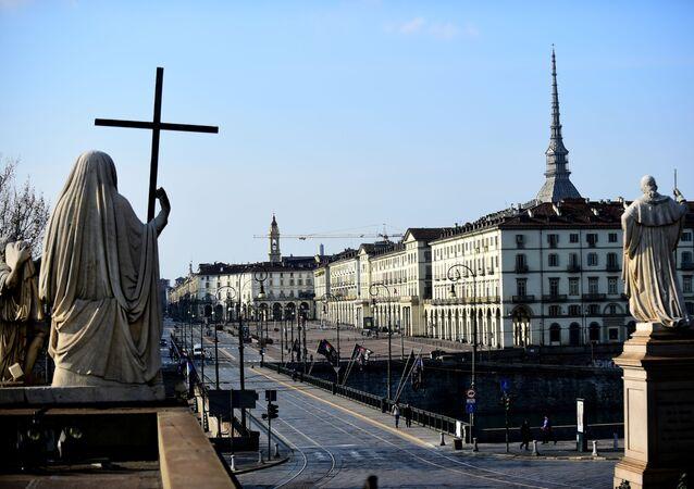 İtalya çapında koronavirüs karantinasının dördüncü gününde Torino'nun Vittorio Veneto Meydanı