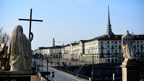 İtalya çapında koronavirüs karantinasının dördüncü gününde Torino'nun Vittorio Veneto Meydanı - Sputnik Türkiye