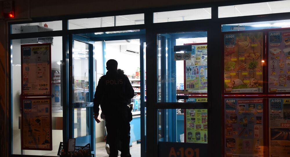 İzmir'in Bornova ilçesinde bulunan bir marketler zincirinde 16 yaşındaki genç tarafından silahlı soygun gerçekleştirildi