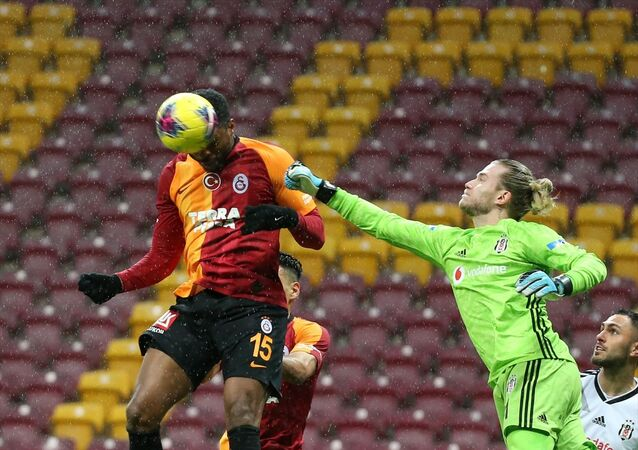 Süper Lig'in 26. haftasındaki derbide Galatasaray, Beşiktaş ile Türk Telekom Stadı'nda karşılaştı. Bir pozisyonda Galatasaraylı futbolcu Ryan Donk (15), bir pozisyonda Beşiktaş oyuncusu Loris Karius (1) ile mücadele etti.
