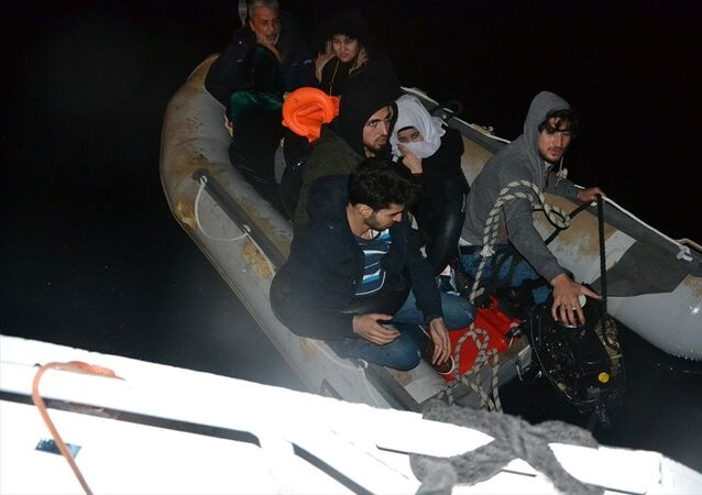 Dikili ilçesi açıklarında motoru arızalanan botta yardım isteyen 9 sığınmacı kurtarıldı.
