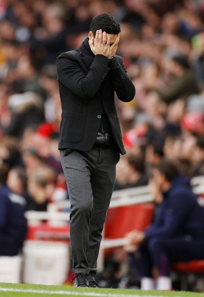 İngiliz ekiplerinden Arsenal'in teknik direktörü Mikel Arteta koronavirüse yakalandı. Arteta'nın kendini karantinaya aldığı kaydedilen açıklamada, Mikel Arteta ile yakın temasta olan herkesi takip ediyoruz ve Kovid-19 ile mücadele rehberine uygun olarak kendilerini karantinaya almalarını öneriyoruz. Önümüzdeki dönemde bazı maçlara çıkamayacağız ifadeleri kullanıldı.