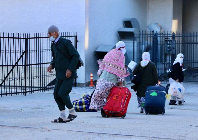 Umre yapmak amacıyla Suudi Arabistan'da bulunan vatandaşların Türkiye'ye dönmelerinin ardından 14 günlük karantina süresini geçirmeleri için Kredi ve Yurtlar Kurumu Genel Müdürlüğü'ne bağlı yurtlara yerleştiriliyor.