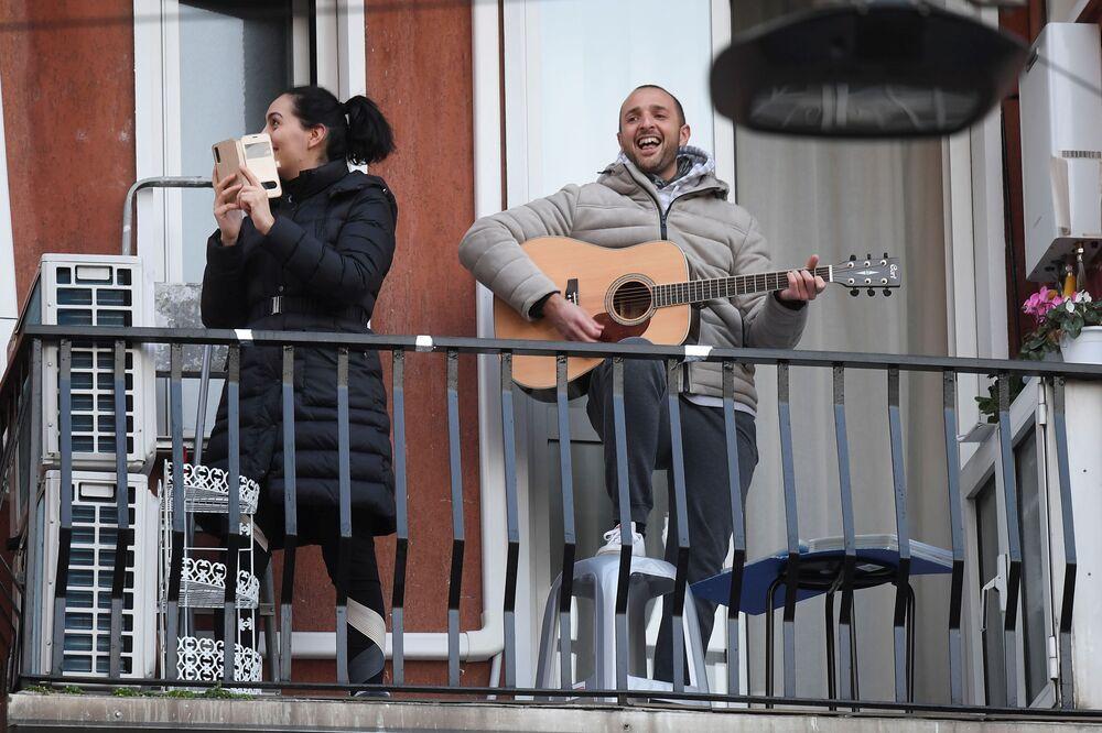 İtalya'nın Milano kentinin sakinleri müzik çalıp şarkı söyleyerek sokakları inletiyor