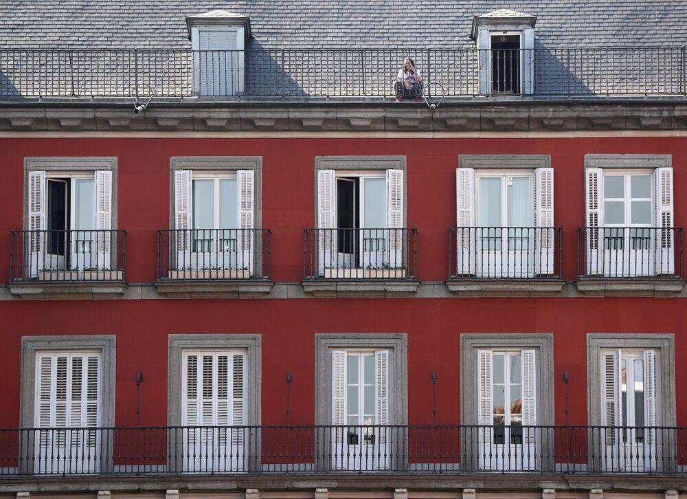 İspanya'nın başkenti Madrid'de evin çatısına çıkan kız.