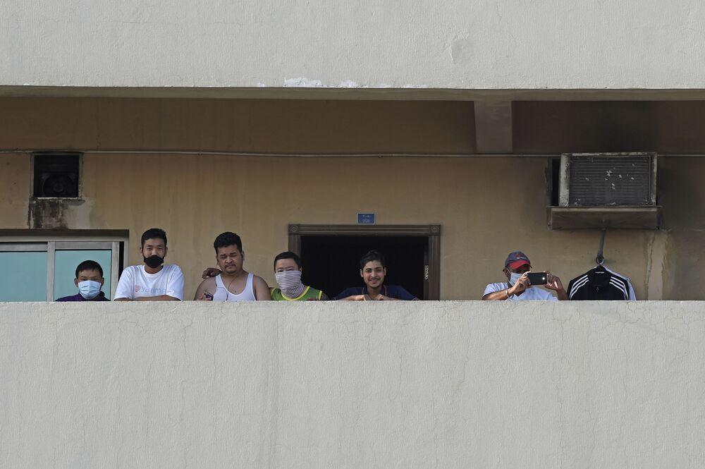 Bahreyn'de evin balkonuna çıkan insanlar